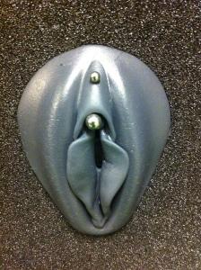 Klitoris vertikal piercing Intimpiercings