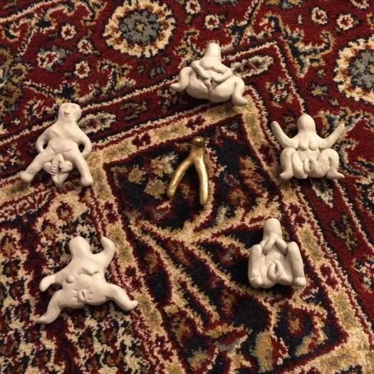 Fittfigurer på röd matta