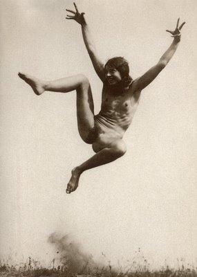 Fittbärare som hoppar.