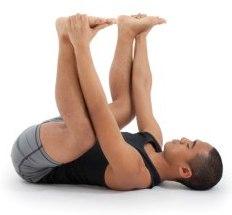 """Person som gör yogaställningen """"happy baby"""""""